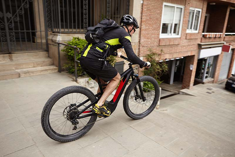 S-Pedelec mit Radfahrer