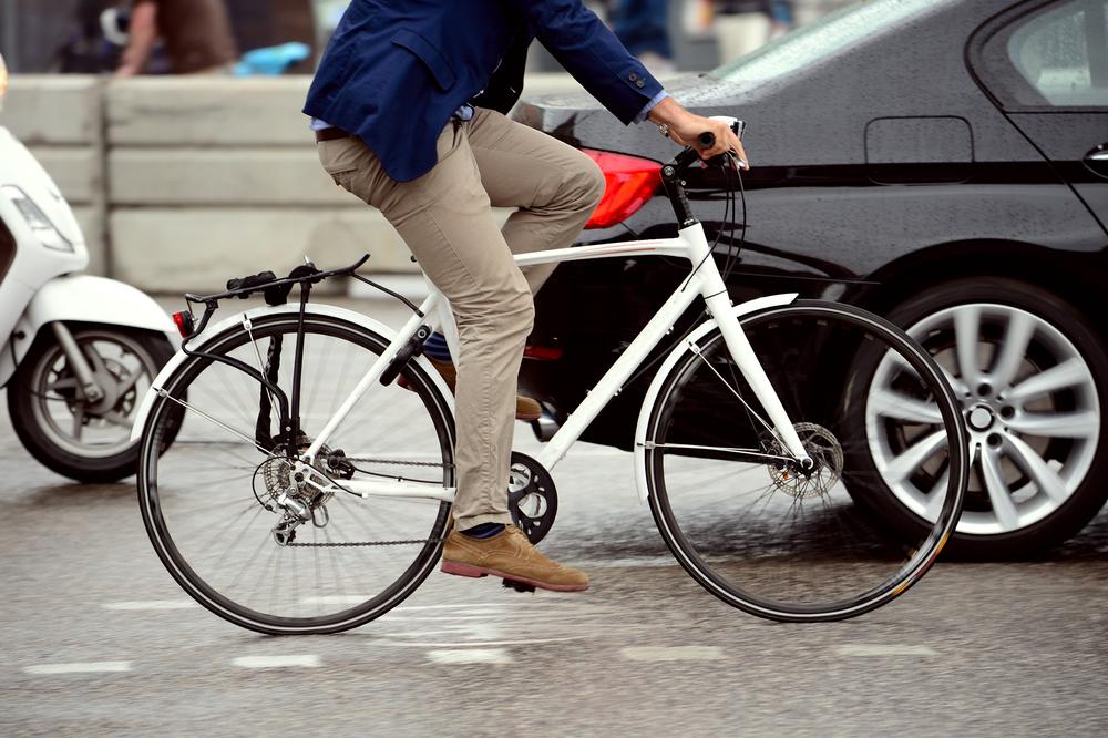 Berufspendler mit dem Auto oder mit dem Rad