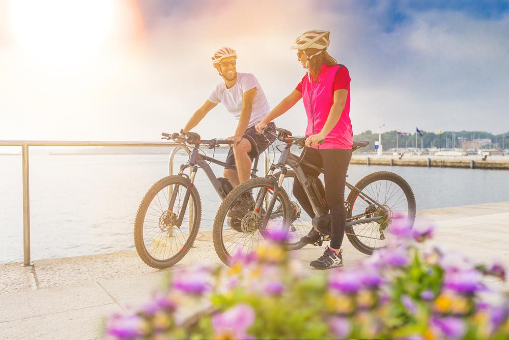 Paar mit E-Bikes am See