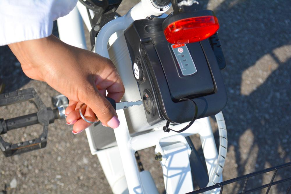 Frauenhand hält Schlüssel fü E Motor