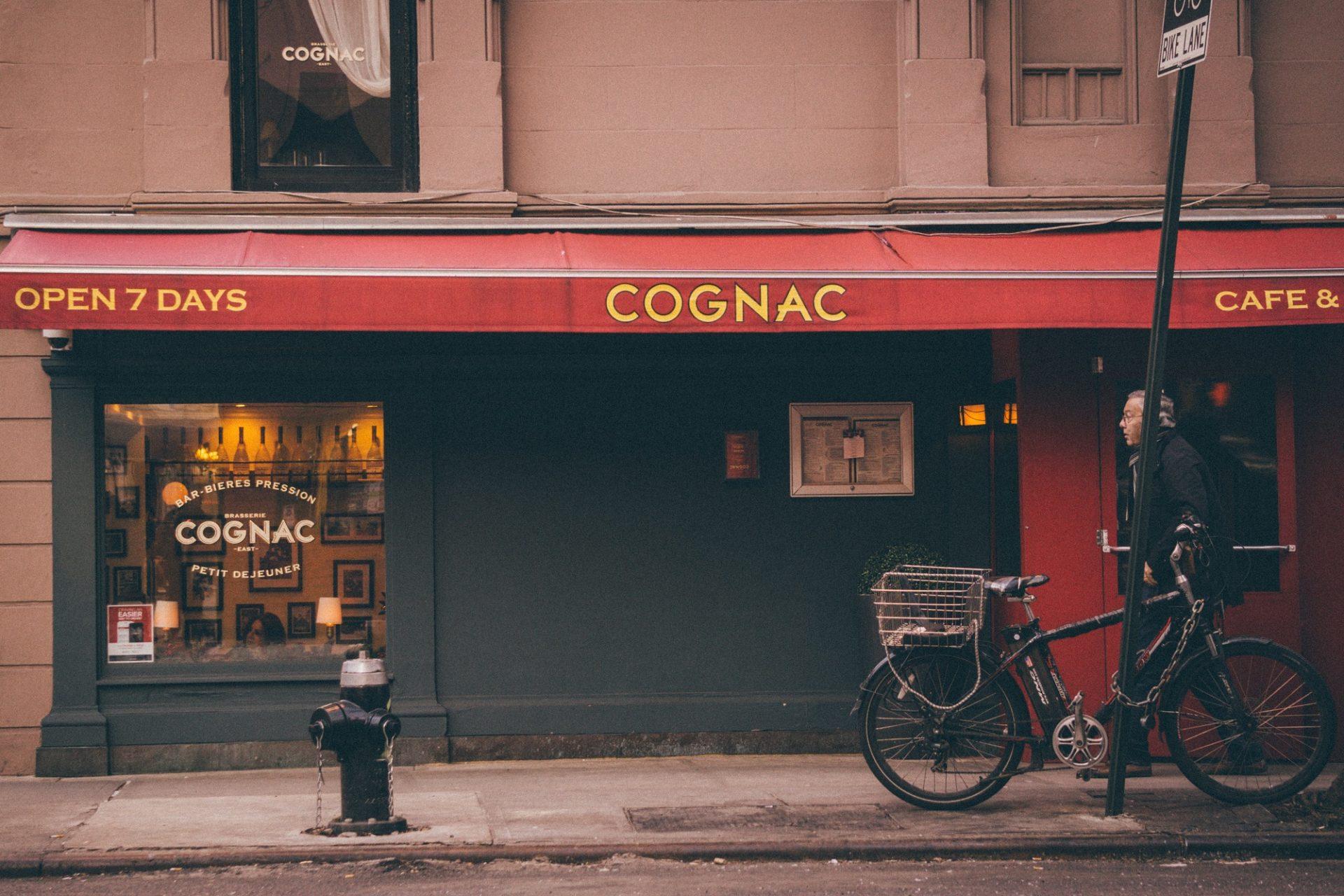 Ein angeschlossenes Fahrrad vor einer Gaststätte
