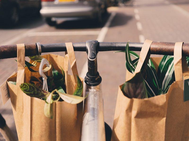 Fahrradlenker mit Papier-Einkaufstüten