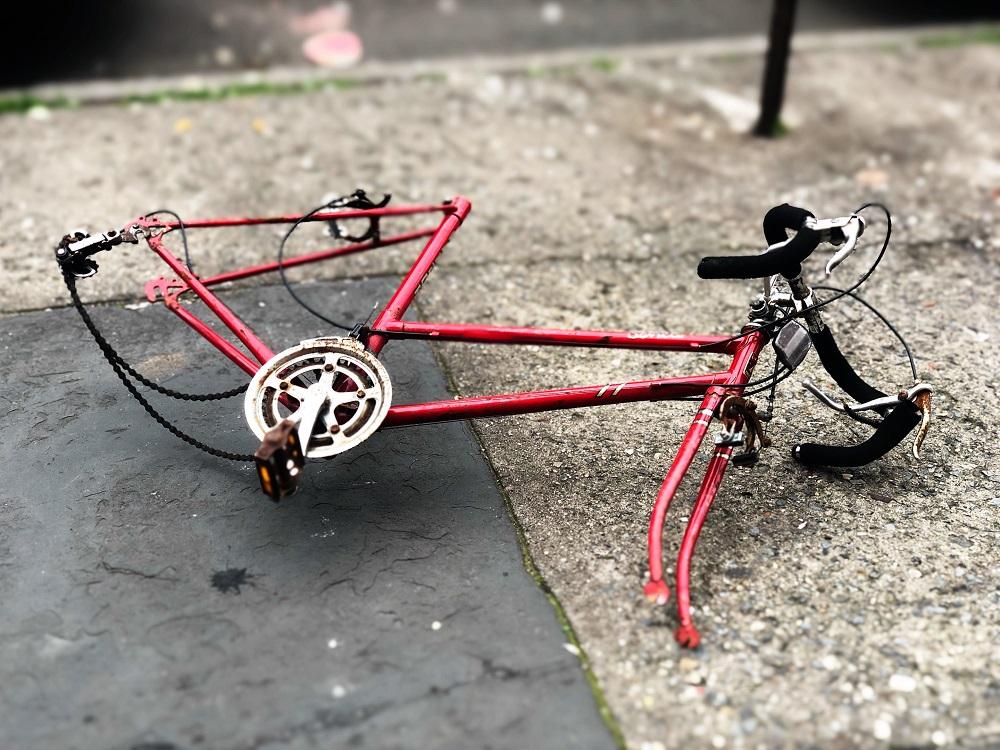 Kaputter roter Fahrradrahmen