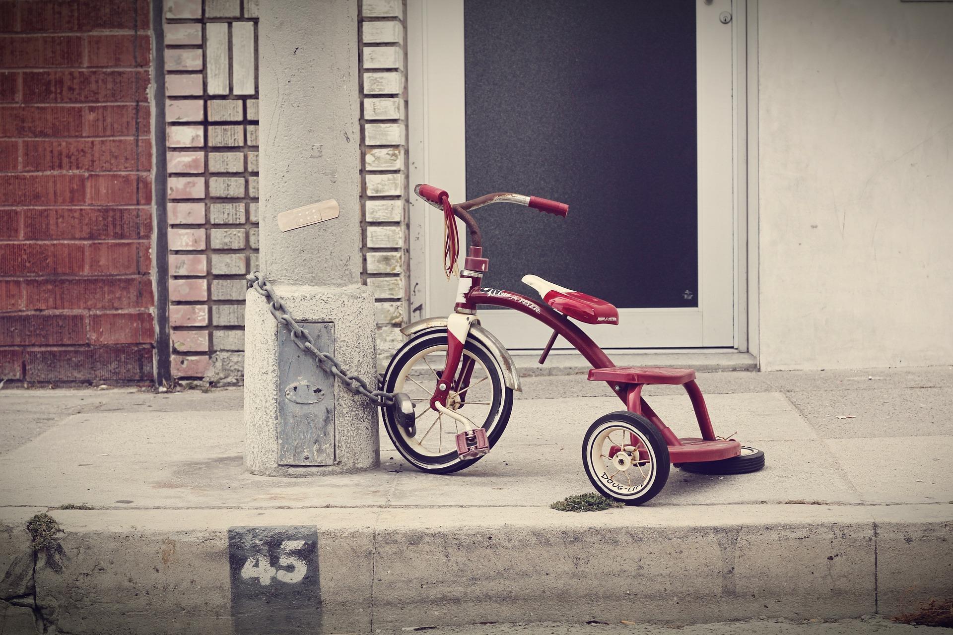 Kleines rotes Dreirad