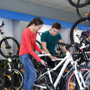 Fahrrad Beratungsgespräch in einem Fahrradlade