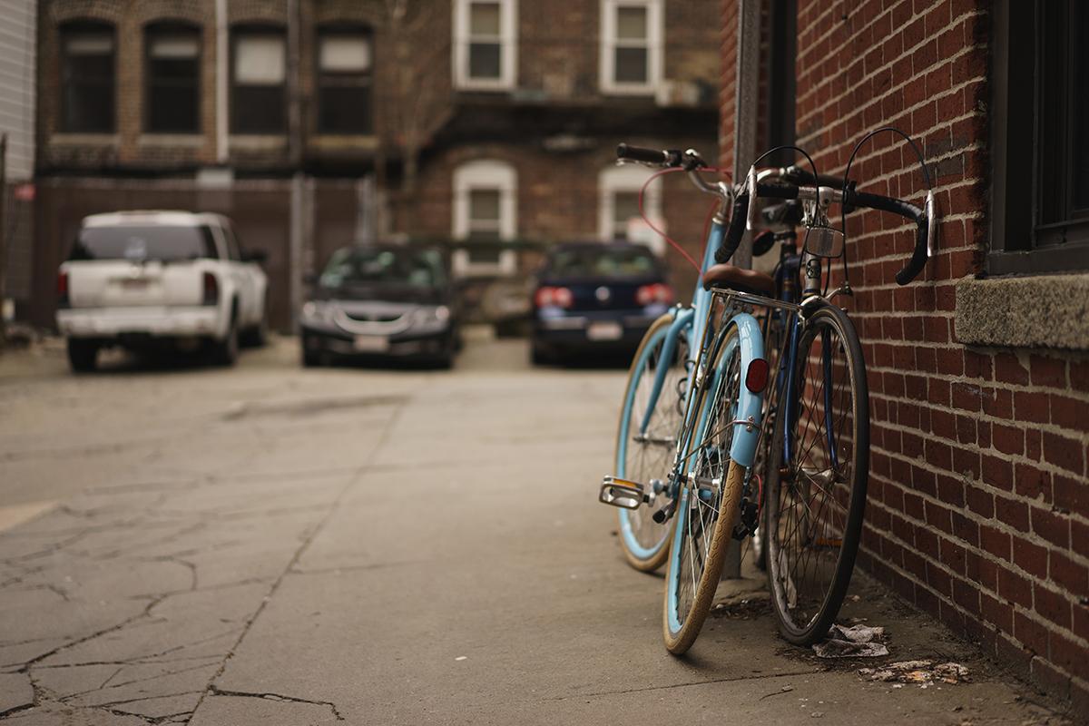 Fahrräder an einer Hauswand angeschlossen