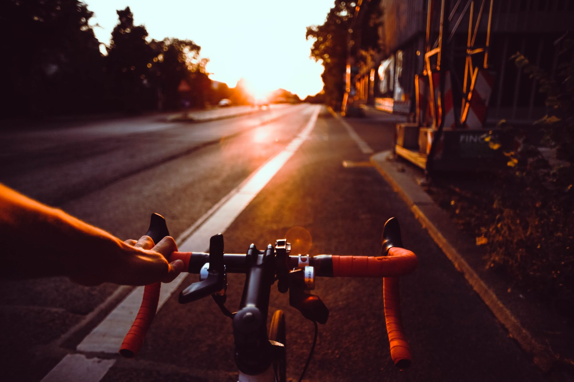Fahrradfahrer fährt in den Sonnenuntergang