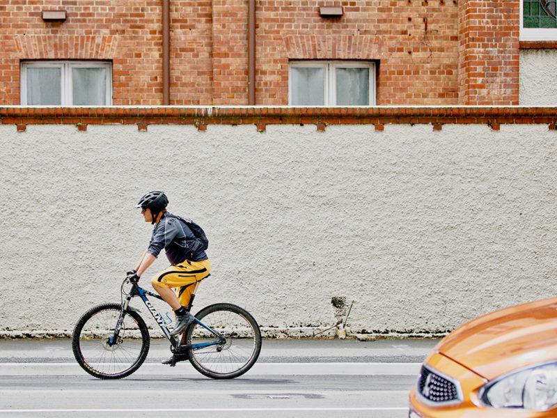 Fahrradfahrer mit einem Mountainbike in der Stadt