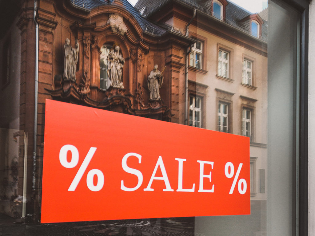 Rotes Sale Schild in Schaufenster