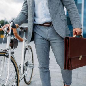 Geschäftsmann mit Aktentasche und Fahrrad