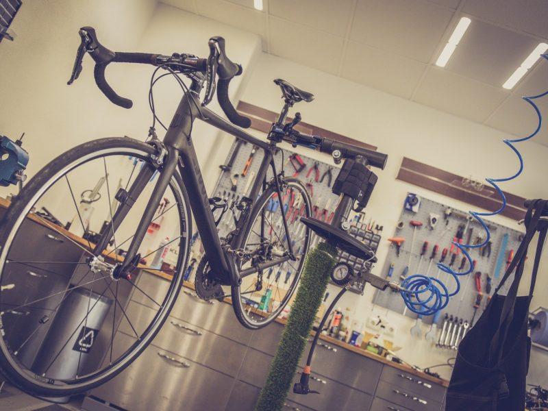 Fahrrad Reparatur in einer Werkstatt